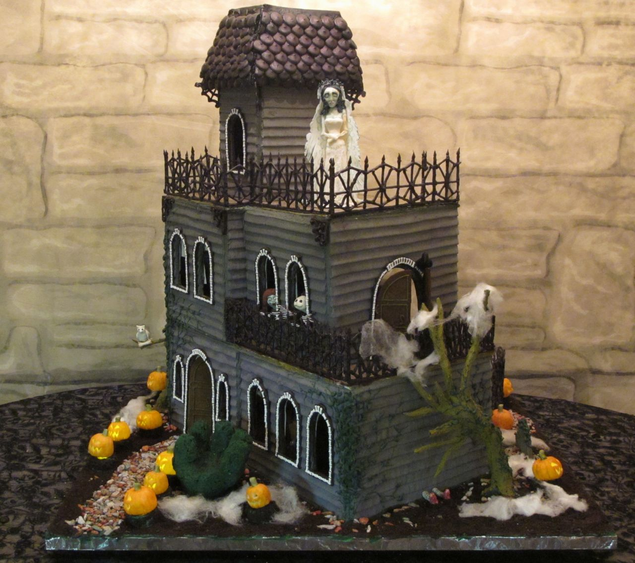 Ghoulish gingerbread haunted house full view britta blvd for Build a haunted house