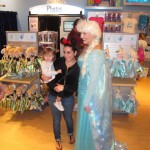 Back at Anna & Elsa's Boutique, there was a constant flow of fan photos for almost half an hour!