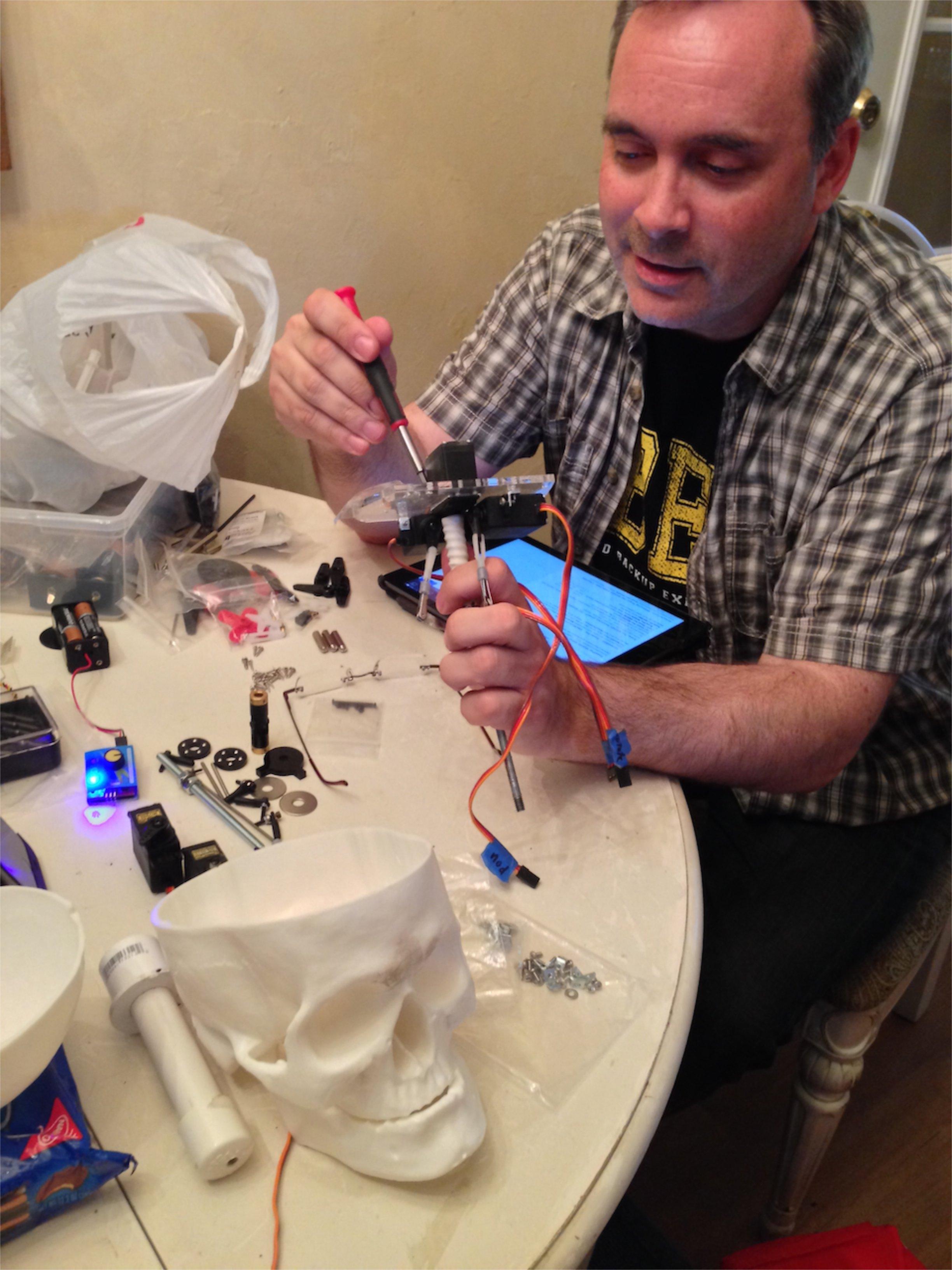 Ghoulish Glen testing & assembling animatronic skull kits