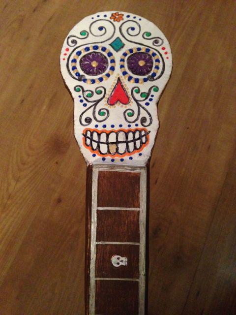 Skull tuning head and skull fret marker on the guitar